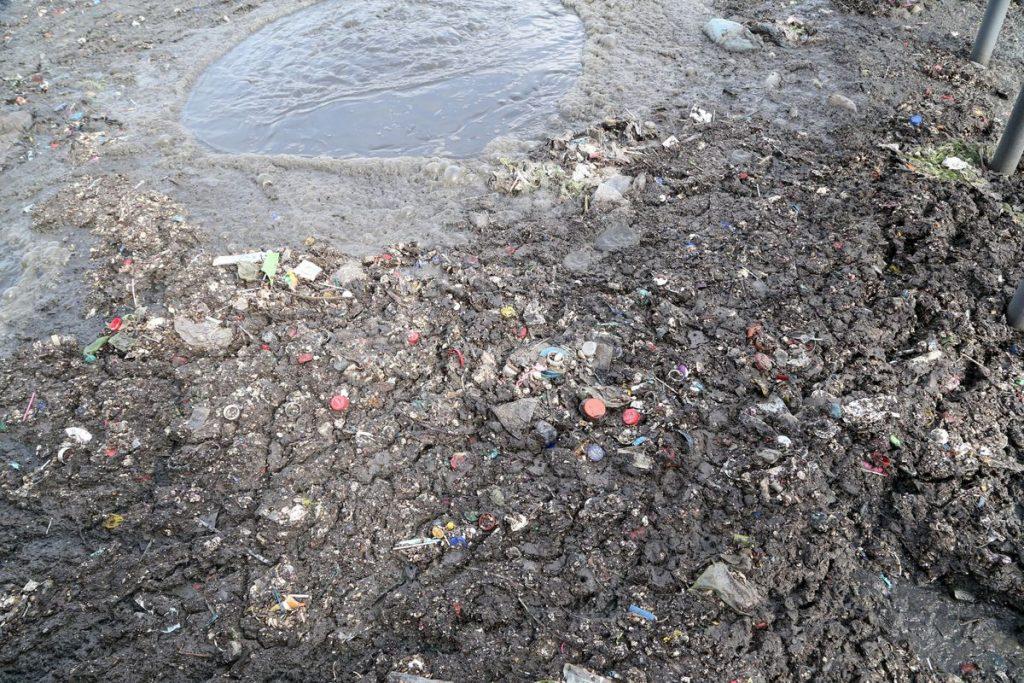 Botellas, preservativos, piedras y madera, lo que más se encuentra en el drenaje