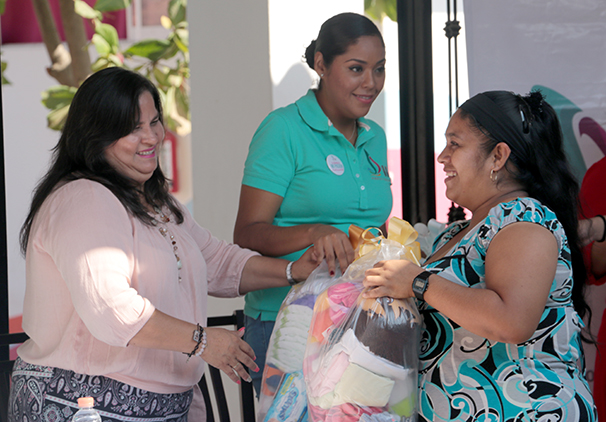 Entrega DIF artículos para bebés a madres jóvenes