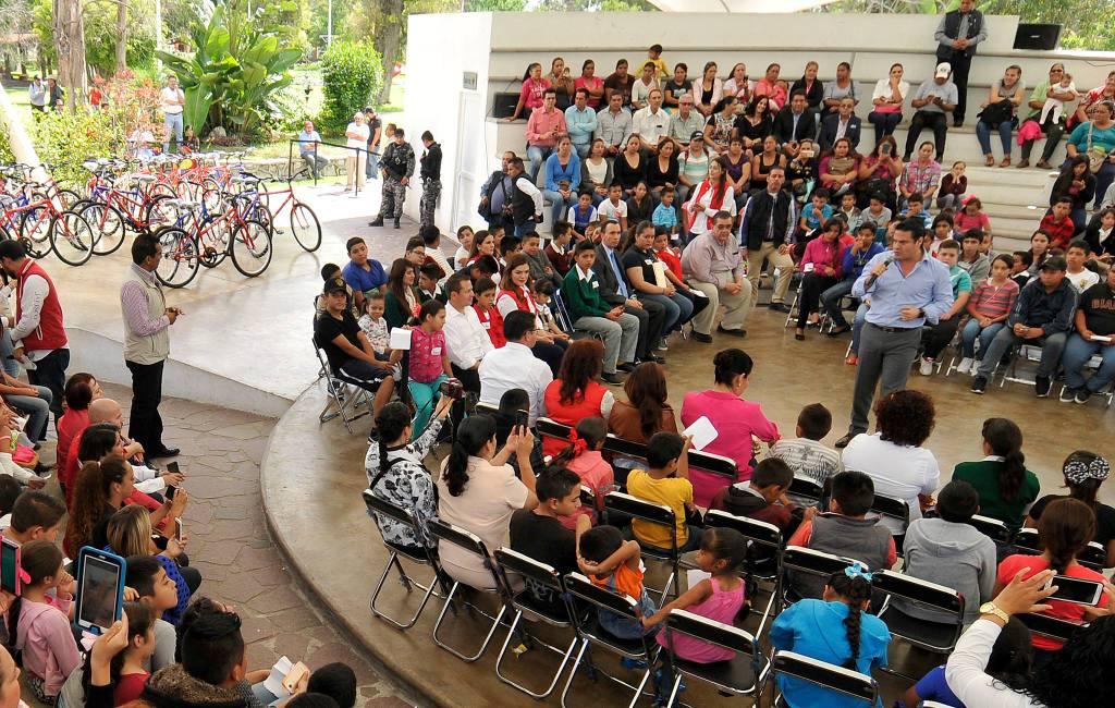 Ayuda Gobernador a estudiantes de Jalisco a acortar distancias