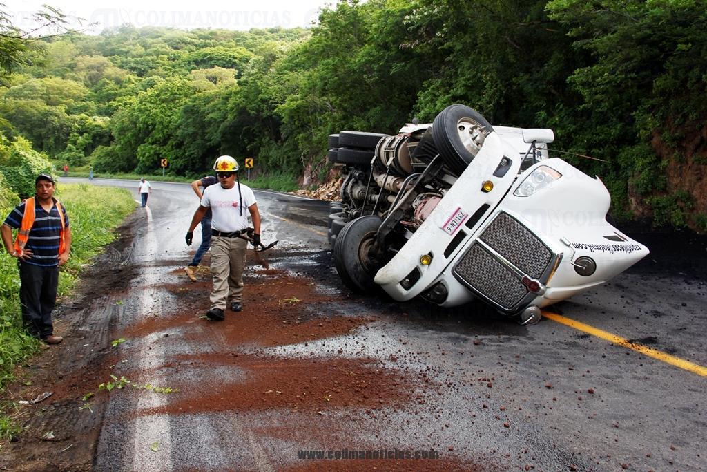 Provoca volcadura de tráiler cierre en carretera federal a Puerto Vallarta