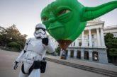 Disneyland Resort celebra la nueva Star Wars: Galaxy's Edge con un globo gigante del Maestro Yoda