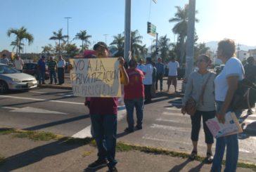 """""""Recicladores"""" toman crucero de la API y protestan por la """"privatización de la basura"""""""