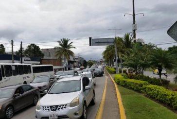 Por instalación de topes, más de media hora del aeropuerto a Las Juntas