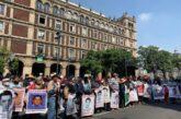 Familiares de los 43 normalistas de Ayotzinapa protestan en la SCJN