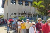 Vacunan a ancianos de Vallarta contra el Covid-19; había largas filas