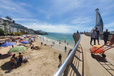 Pese a presencia de enterococos, acuden bañistas a playas Los Muertos y Cuale