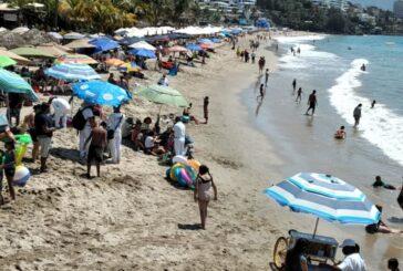 Continúan turistas nadando en playas contaminadas