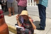 """En la fila y a pleno rayo del sol: Florinda Meza espera """"democráticamente"""" su vacuna contra COVID-19"""