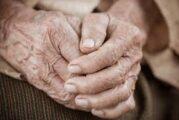 Abuelita víctima de maltrato pide ayuda a enfermero al recibir su vacuna anticovid