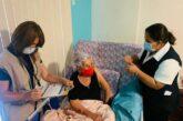 ¡Por fin! Mujer de 104 años es vacunada contra Covid-19 tras error en su CURP