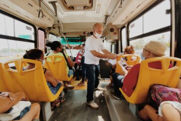 Carlos Gerard hace compromisos por el turismo a bordo de camiones del transporte público