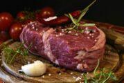 ¿Lo engañaron? Joven saca su báscula para pesar porción de carne en restaurante y se hace viral