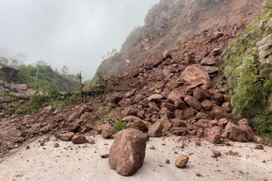 Atienden derrumbe en la carretera Mascota-Las Palmas-Puerto Vallarta